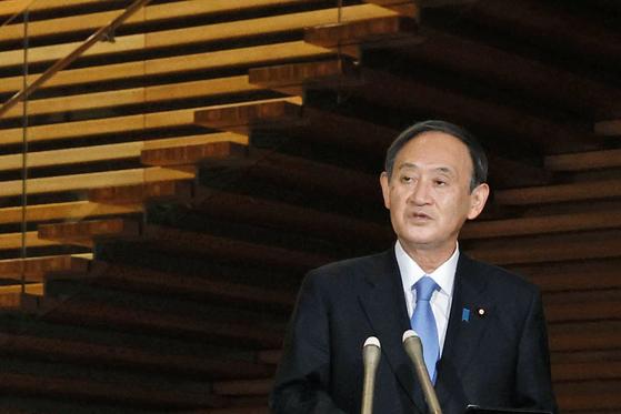 스가 요시히데(菅義偉) 일본 총리가 지난달 21일 총리관저에서 신종 코로나바이러스 감염증(코로나19) 대책을 설명하고 있다. [교도=연합뉴스]
