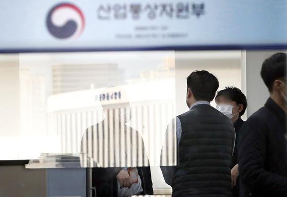 검찰이 '월성 1호기 경제성 평가 조작'과 관련해 지난달 5일 산업통상자원부 사무실을 압수수색했다. 연합뉴스