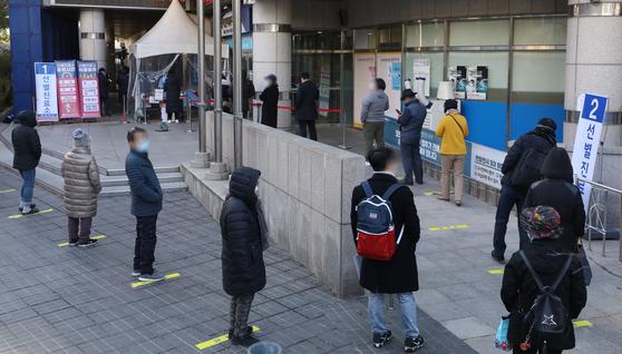 4일 서울 동작구 보건소 선별진료소에서 시민들이 검사를 받기 위해 기다리고 있다. 뉴시스