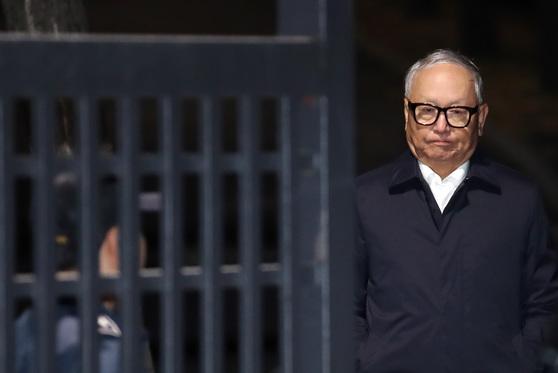 2017년 11월 구속영장이 기각된 이병호 전 국정원장이 서울 구치소를 나서던 모습. 그는 이후 재판에서 실형을 받아 다시 구속됐다. [연합뉴스]