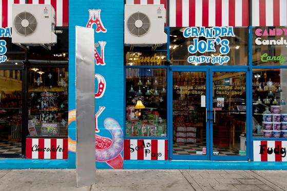 4일(현지시간) 미국 펜실베이니아주 피츠버그의 '그랜파 조' 사탕 가게 앞에 놓인 금속 기둥. 로이터=연합뉴스