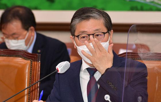 """4일 개각으로 국토교통부 장관 후보로 지명된 변창흠 한국토지주택공사(LH)사장에 대해 국민의힘은 """"김현미 전 장관보다 더한 인사""""라고 공세를 폈다. 오종택 기자"""