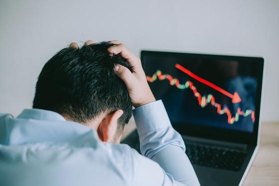 주식 투자로 손실을 본 개인 투자자. 셔터스톡