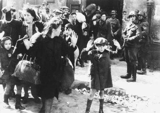 1943 년 바르샤바 게토 봉기 직후 유대인 여성과 어린이들이 강제 수용소로 끌려가는 장면.사진 = 독일 국립 문서 보관소
