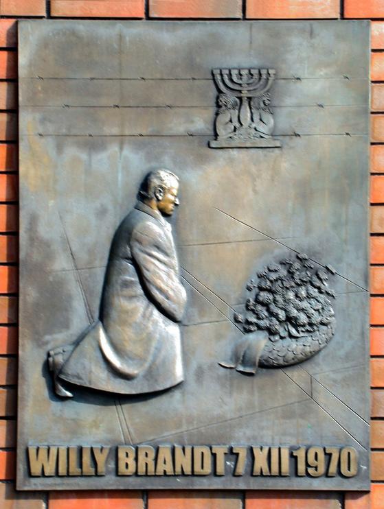 1970년 12월 7일 서독의 빌리 브란트 총리가 폴란드 바르샤바에 있는 바르샤바 게토 봉기 기념물 앞에서 무릎을 꿇고 희생자를 추모한 현장에 2000년 30주년을 기념해 세운 조형물. 사진=위키피디아