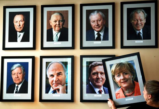 독일 베를린의 칸 츄로 에케 (총리 거리) 술집에서는 지난 05 년 갓 취임 한 메르켈 총리의 사진을 역대 총리의 사진 옆에 거는 장면이다.오른쪽이 브란트 총리이다 EPA = 연합 뉴스