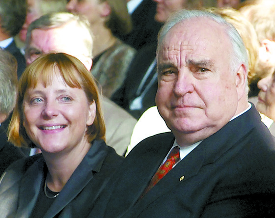 2000年にドイツ統一10周年記念行事でドイツのメルケル首相と並んで座ったコール元首相。 [로이터=연합뉴스]
