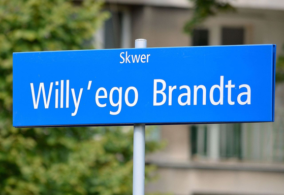 바르샤바에 브란트 총리를 기억하고 명명 된 '브란트 광장」의 표지.사진 = 위키 백과