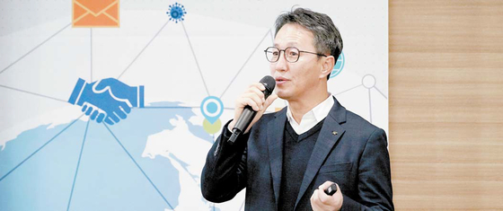 김형목 수출전략처장은 코로나19를 조기에 극복할 수 있도록 공사의 역량을 총동원해 수출업체에 지원에 나서고 있다고 밝혔다. [중앙포토]