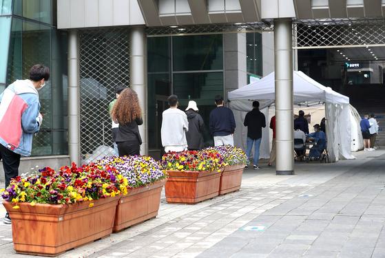 지난 5월 이태원 클럽발 신종 코로나바이러스 감염증(코로나19) 집단감염으로 용산구보건소 선별진료소가 붐비는 모습. 연합뉴스