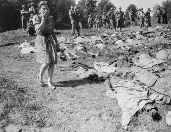 [1945年にドイツを占領した米軍に強制収容所死体処理を命じられたドイツ人女性。ナチスの非人倫的な罪状を示すことは非ナチ化の開始である。写真=米国国立公文書館