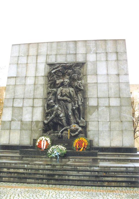 바르샤바에있는 1943 년 바르샤바 게토 봉기 기념비.  50 년 전인 1970 년 서독의 브란트 총리가 여기에 헌화하다 무릎 꿇고 희생자를 추모하는 현장이다.사진 = 위키 백과