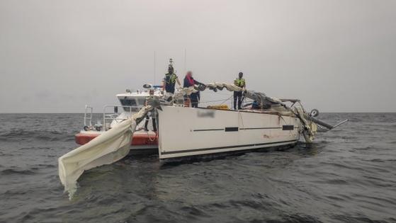 지난 9월 17일 오전 3시 10분쯤 전남 여수시 앞 바다에서 15t급 세일링 요트가 3만9000t급 화물선과 충돌했다. 요트 선장인 한국인 한모(46)씨는 해경에 구조됐다. 그러나 이후 한씨는 총기 밀반입, 밀입국을 한 데 이어 살인미수를 저지른 혐의로 구속 기소됐다. [사진 여수해양경찰서]