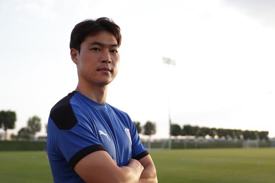 수원의 기적적인 AFC 챔피언스리그 16강 진출 주역 김건희가 5일 카타르 도하의 유니버시티 피치에서 훈련을 마친 뒤 포즈를 취하고 있다.