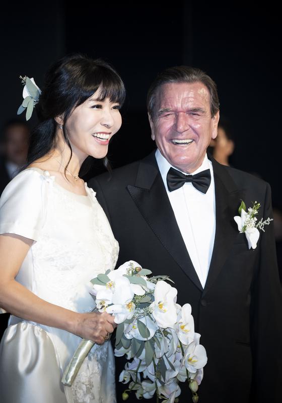 슈뢰더 전 독일 총리와 부인 김소연 씨.  2018 년 10 월 28 일 서울 그랜드 하얏트 호텔에서 열린 결혼 잔치의 모습이다.권 혁 제 기자