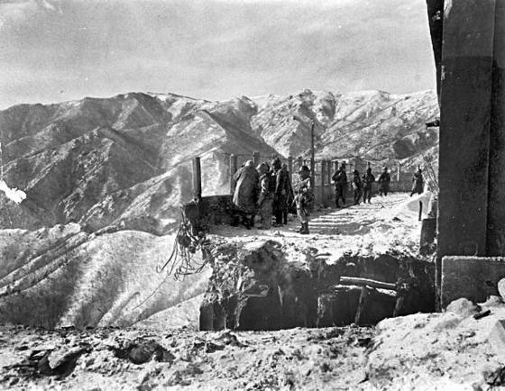 장진호 전투에 투입된 미 해병 1사단 대원들이 흥남으로 향하는 퇴각로인 황초령 수력발전소의 수문교가 중공군에 의해 파괴된 것을 지켜보고 있다. 미군은 공병대가 만든 조립식 교량 부품을 낙하산으로 투하받아 임시로 다리를 놓아 철수할 수 있었다. 한국인 참전자 장동욱씨도 임시 교량을 통과해 빠져나왔다. [중앙포토]