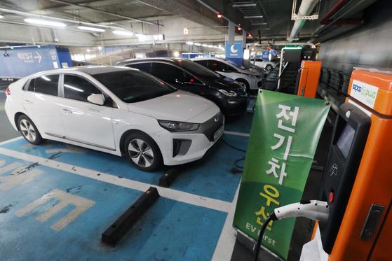 서울의 한 대형 쇼핑몰에 마련된 전기차 충전소 모습. 뉴스1