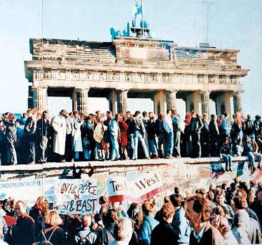 1989 년 베를린 장벽이 무너진 후 독일인이 기뻐하고있다. 이듬해 열린 독일 통일은 브란트 총리와 전략가 인 에곤 바르의 동방 정책이 바탕이됐다.사진, 독일 국립 문서 보관소