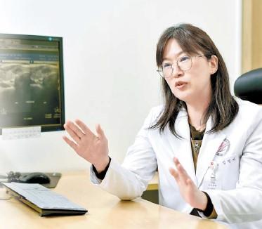 임영아 교수가 로봇 수술이 갑상샘암 수술 후 생길 수 있는 후유증 및 흉터를 최소화할 수 있는 이 유를 설명하고 있다. 김동하 객원기자