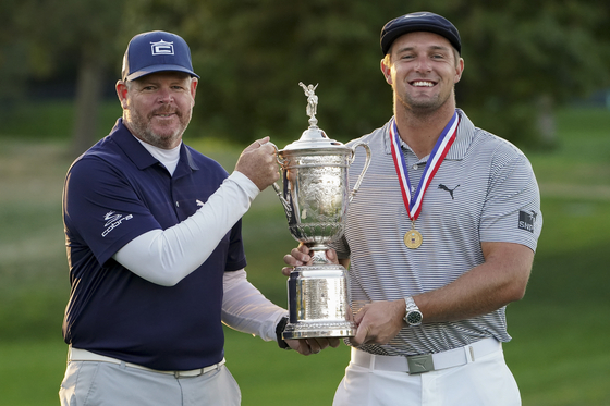 지난 9월 US오픈에서 브라이슨 디섐보(오른쪽)의 우승을 도운 캐디 팀 터커(왼쪽). [AP=연합뉴스]