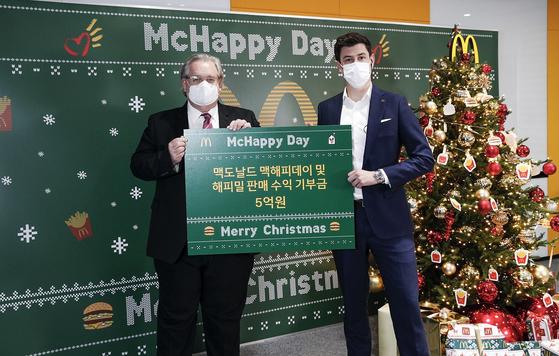 한국 RMHC의 최대 후원사인 한국맥도날드의 앤토니 마티네즈 대표이사 (우)가 7일 사내 자선 모금행사 '맥해피데이'를 통해 조성한 총 5억원의 기부금을 한국 RMHC 제프리 존스 회장 (좌)에게 전달하고 있다.
