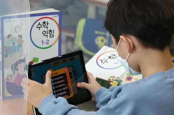 한 초등학생이 태블릿 PC를 활용한 수학 수업을 받고 있다. 뉴스1
