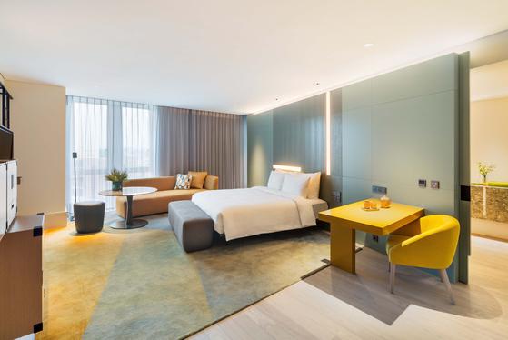 연말연시 호캉스 시즌을 앞두고 주요 호텔들이 앞다퉈 프리미엄 침대를 비치하고 있다. 시몬스 침대를 설치한 안다즈 서울 강남의 객실. [사진 시몬스]