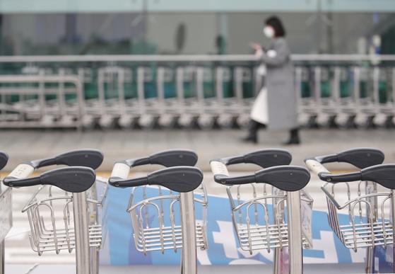 지난달 인천국제공항 제1 여객터미널에 수하물 카트가 줄지어 세워져 있다. 연합뉴스