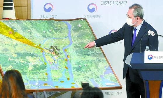 김수삼 김해신공항 검증위원장이 지난달 17일 김해신공항 검증 결과를 발표하고 있다. [뉴스 1]