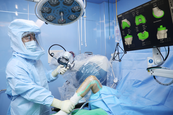 강북 힘산 병원 이광원 원장은 로봇 관절 수술을하고있다.  사진인가