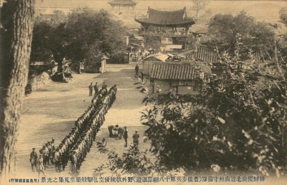일제강점기 상주읍성에 두둔했던 일본수비대과 그 일대 사진. 일본 수비대가 야외 교련 후 공포탄을 시험 발사하고 탄피를 수집하고 있다. [사진 상주박물관]