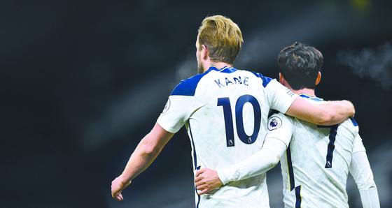 손흥민(오른쪽)이 7일 아스널전에서 골을 넣은 뒤, 도움을 기록한 해리 케인과 어깨동무를 하며 서로 축하하고 있다. [AP=연합뉴스]