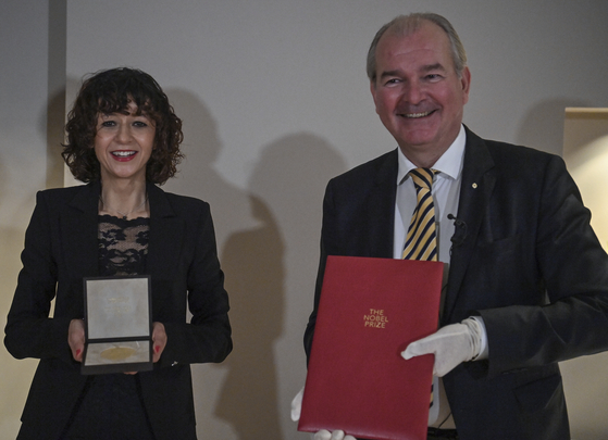7일(현지시간) 독일 베를린의 주독스웨덴 대사관에서 '유전자 가위'로 노벨 화학상을 수상한 에마뉘엘 샤를 팡티에(왼쪽)가 페르 소르손 대사로부터 상을 전달받았다. AP=연합뉴스
