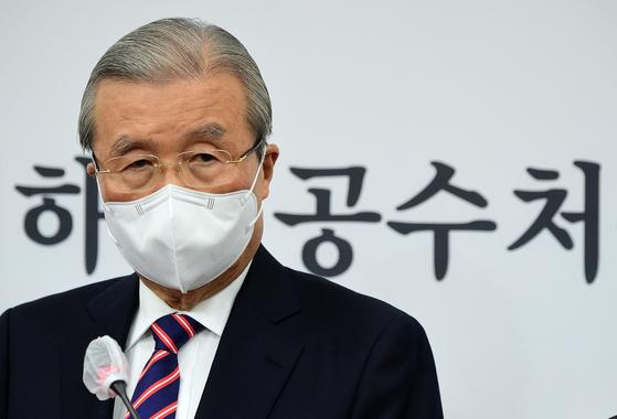 김종인 국민의힘 비상대책위원장이 8일 국회에서 긴급 기자회견을 갖고 있다. 최근 김 위원장이 이명박, 박근혜 전 대통령의 구속 수감에 대한 대국민 사과를 하겠다는 입장을 밝히자, 당내 대립이 거세다. 중앙포토