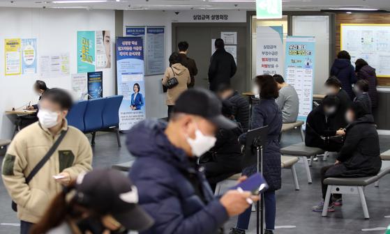 신종 코로나바이러스 감염증(코로나19) 재확산 여파로 10월 취업자 수가 6개월 만에 최대폭 감소했다. 1년 전보다 42만1천명 감소했다. 이는 지난 4월(-47만6천명) 이후 6개월 만의 최대 감소 폭이다.   사진은 서울 마포구 서울서부고용복지플러스센터의 붐비는 실업급여 창구. 연합뉴스