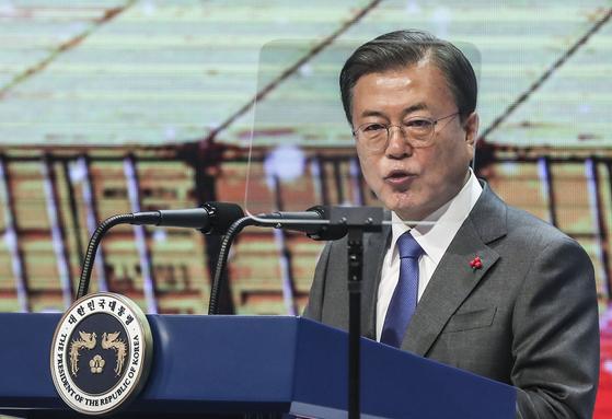 제57회 무역의 날 기념식이 8일 서울 강남구 코엑스 아티움에서 열렸다. 문재인 대통령이 축사를 하고 있다. 청와대사진기지단