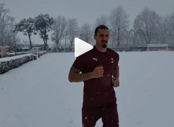 이브라히모비치가 반팔-반바지를 착용하고 눈밭을 뛰고 있다. [사진 이브라히모비치 인스타그램]