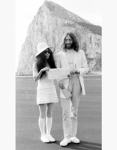 1969년 3월 비틀스 존레넌과 부인 오노요코가 지브롤터 바위산 앞에서 기념사진을 찍고 있다. [사진 존레넌공식홈페이지]