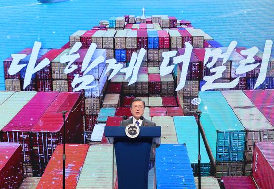 문재인 대통령이 8일 오전 서울 강남구 코엑스에서 열린 '제57회 무역의 날 기념식'에서 처음으로 CPTTP 가입을 검토한다는 입장을 밝혔다. CPTTP는 미국이 주도했던 TTP에 기반을 둔다. 한국은 현재 중국 중심의 RCEP에 가입한 상태다. 연합뉴스