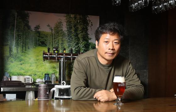 충북 제천 솔티마을에서 수제맥주 양조장을 운영하며 '솔티8' 맥주 등을 생산하는 홍성태 대표. 우상조 기자