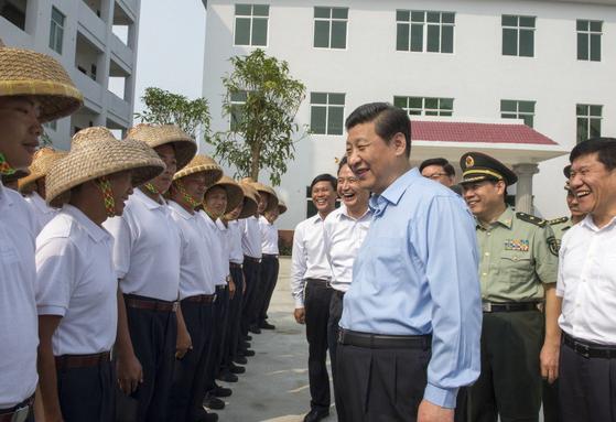 지난 2013년 4월 시진핑(오른쪽) 중국 국가주석이 하이난성 탄먼진의 해상 민병 부대를 찾아 부대원을 격려하고 있다. [신화=연합뉴스]