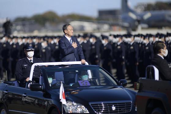 스가 요시히데 일본 총리가 지난달 28일 사이타마현 사야마에 있는 이루마 공군기지에서 항공자위대를 사열하고 있다. [AP=연합뉴스]
