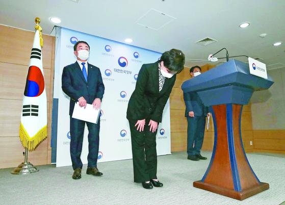 지난달 19일 김현미 국토부 장관이 서울 종로구 정부서울청사에서 중산층 주거안정 브리핑을 마친 뒤 인사하고 있다. 정부는 이날 대책에서 중산층을 위한 중형 공공임대 6만3000호 확보 방안을 밝혔다. [뉴스1]