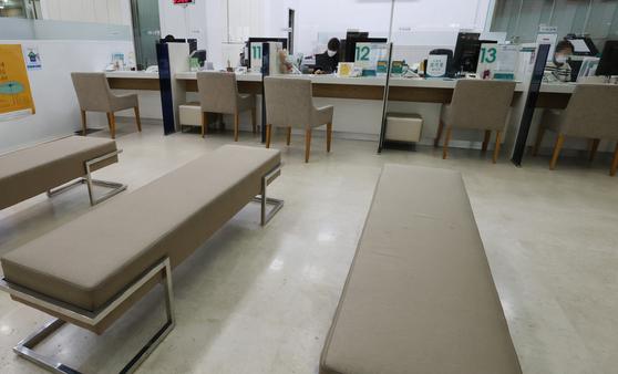 지난달 30일 서울 시내 시중은행 대출 창구가 한산한 모습이다. 연합뉴스
