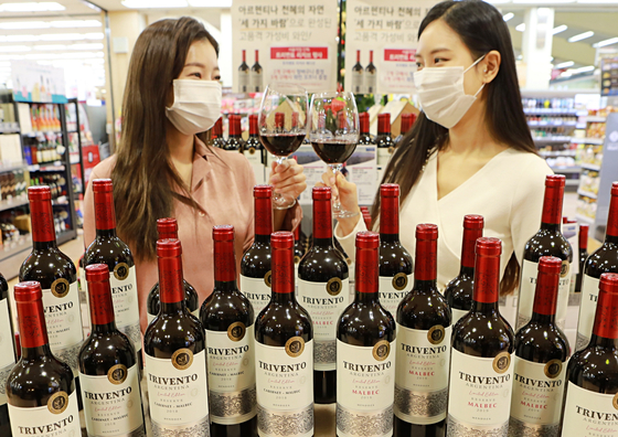 롯데마트가 롯데그룹의 첫 번째 시그니처 와인인 '트리벤토 리저브 리미티드에디션 말벡·까베르네-말벡' 2종을 선보인다고 9일 밝혔다. 사진 롯데마트