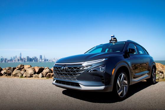 오로라의 자율주행시스템인 '오로라 드라이버'가 장착된 현대차의 수소전기차 넥쏘가 시험 주행을 하고 있다. [사진 현대자동차]