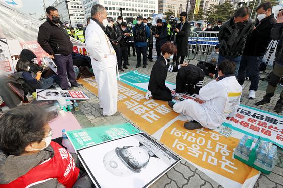 9일 국회 앞에서 열린 중대재해처벌법 제정 촉구 집회. 연합뉴스