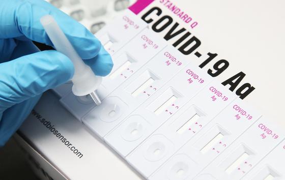 9일 경기도 수원시 에스디바이오센서에서 연구원이 신종 코로나바이러스 감염증(코로나19) 신속 항원진단키트를 보여주고 있다.   수원시는 코로나19 3차 대유행을 막는 조치로 신속항원검사를 도입해 요양병원과 사회복지시설 등 방역취약시설에 우선 보급할 계획이다.   에스디바이오센서는 1만 명이 검사할 수 있는 분량의 키트를 기증한다. [연합뉴스]