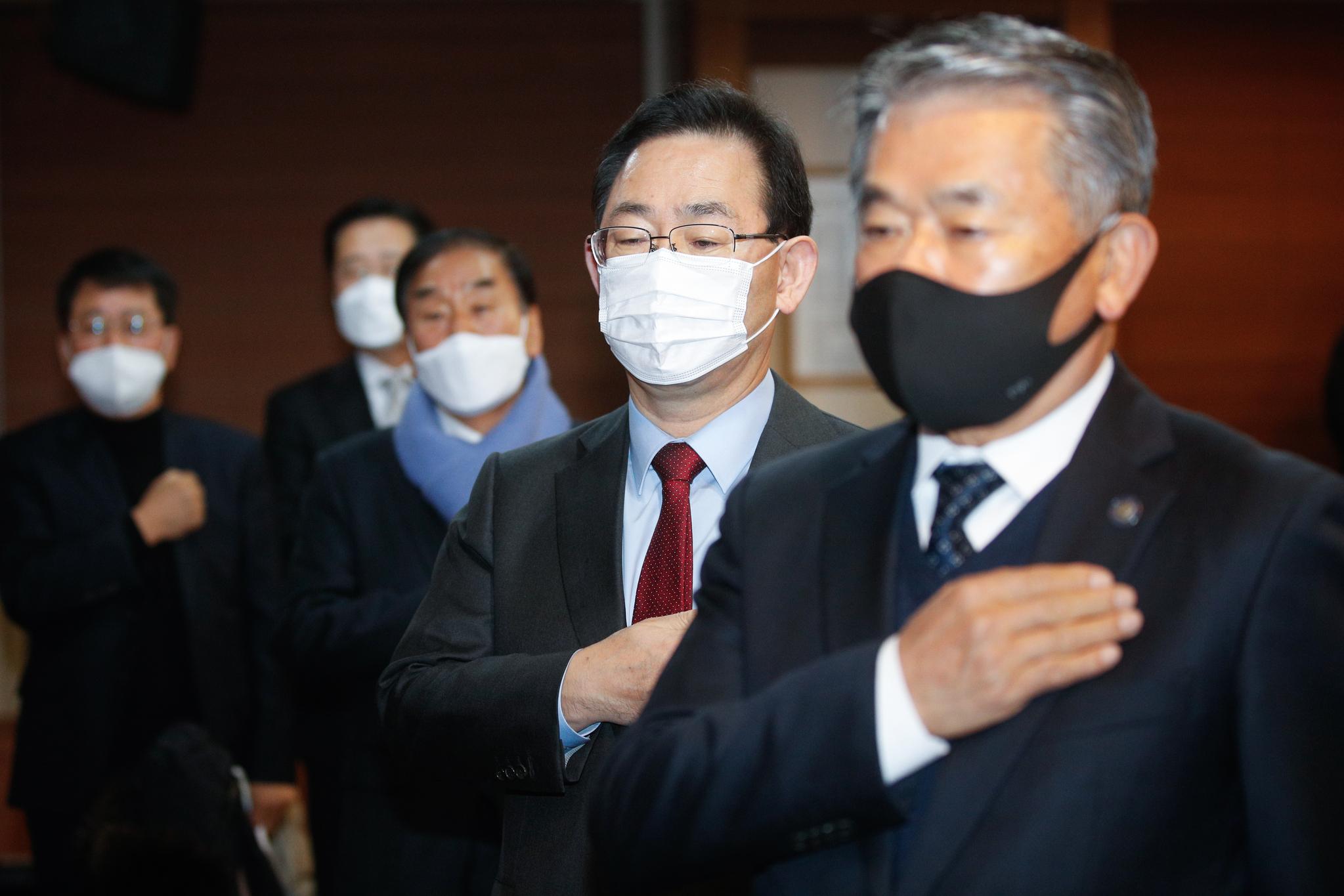 주호영 국민의힘 원내대표(오른쪽 두 번째)가 10일 오전 서울 중구 프레스센터에서 열린 '문재인 정권 폭정종식을 위한 정당·시민사회단체 대표자 연석회의'에 참석해 국민의례를 하고 있다. 뉴스1