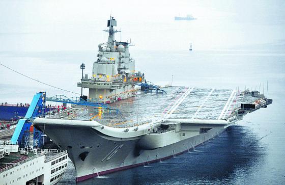 중국 해군의 첫 항공모함 랴오닝함. 몸집을 대폭 키운 중국 해군의 상징과 같은 함선이다. [로이터=연합]